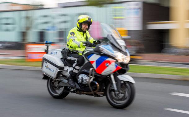 Groep jongeren trapt agent bijna van motor af tijdens achtervolging in Tilburg
